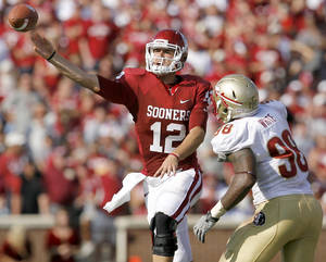 photo - OU&#039;s Landry Jones throws a pass during the second half of the college football game between the University of Oklahoma Sooners (OU) and Florida State University Seminoles (FSU) at the Gaylord Family-Oklahoma Memorial Stadium on Saturday, Sept. 11, 2010, in Norman, Okla.   Photo by Bryan Terry, The Oklahoman ORG XMIT: KOD