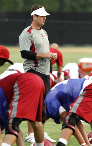 Photo - Head coach Bob Stoops watches his team warm up during the University of Oklahoma (OU) Sooners first day of practice on Thursday, August 4, 2011, in Norman, Okla.   Photo by Steve Sisney, The Oklahoman