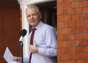 photo -   FILE - This is a Sunday, Aug. 19, 2012 file photo of WikiLeaks founder Julian Assange as he makes a statement to the media and supporters at a window of Ecuadorian Embassy in central London. A British judge on Monday Oct. 8, 2012 ordered supporters of Julian Assange to pay thousands of pounds they promised for his bail because the WikiLeaks founder violated the conditions for his release. (AP Photo/Sang Tan, File)