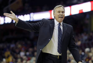 Photo - Los Angeles Lakers head coach Mike D'Antoni argues a call in the second quarter of an NBA basketball game against the Cleveland Cavaliers, Wednesday, Feb. 5, 2014, in Cleveland. (AP Photo/Mark Duncan)