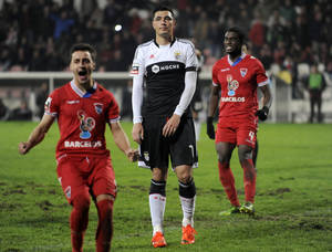 Photo - Benfica's Oscar Cardozo, centre, from Paraguay reacts after failing to score a penalty against Gil Vicente in a Portuguese League soccer match at the Cidade de Barcelos stadium, in Barcelos, northern Portugal, Saturday, Feb. 1, 2014. The match ended in a 1-1 draw. (AP Photo/Paulo Duarte)