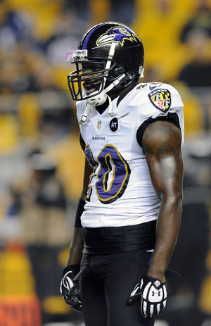 Photo -   In this Sunday, Nov. 18, 2012, photo, Baltimore Ravens free safety Ed Reed warms up prior to an NFL football game against the Pittsburgh Steelers in Pittsburgh. Reed was suspended for one game by the NFL on Monday, Nov. 19, for repeated hits to the head and neck area of defenseless players. (AP Photo/Don Wright)