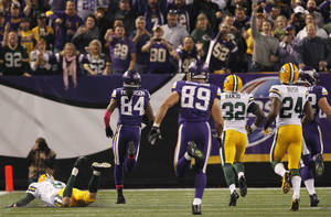 Photo - CORRECTS TIME ELEMENT TO START - Minnesota Vikings' Cordarrelle Patterson (84) carries the ball to the end zone on the opening kick off in the NFL football game against the Green Bay Packers, Sunday, Oct. 27, 2013, in Minneapolis. (AP Photo/Kiichiro Sato)