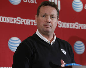 Photo -  OU coach Bob Stoops was one of the coaches that was vocal in his opposition to the proposed 10-second rule. Photo by Steve Sisney, The Oklahoman  <strong>Steve Sisney -  STEVE SISNEY </strong>