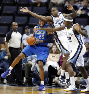 Photo - Dallas Mavericks guard Vince Carter (25) gets pressure from Memphis Grizzlies defenders Ed Davis (32) and Zach Randolph (50) during the first half of an NBA basketball game Wednesday, Feb. 27, 2013, in Memphis, Tenn. (AP Photo/Lance Murphey)