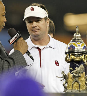 photo - OU: Oklahoma coach Bob Stoops is interviewed following the Fiesta Bowl college football game between the University of Oklahoma Sooners and the University of Connecticut Huskies in Glendale, Ariz., at the University of Phoenix Stadium on Saturday, Jan. 1, 2011.  Photo by Bryan Terry, The Oklahoman ORG XMIT: KOD