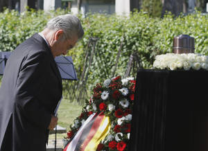 "photo -   Austrian President Heinz Fischer bows in front of the urn with remains of Nazi victims at the Central Cemetery during a funeral ceremony in Vienna, Austria, Wednesday, May 9, 2012. The victims were killed through medical experiments and mistreatment because they were considered physically or mentally inferior. Fischer invoked the memory of those ""who fell victim to a horrible medical killing machine."" (AP Photo/Ronald Zak)"