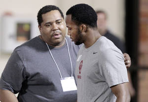 photo - RYAN BROYLES PRO DAY: University of Oklahoma (OU) receiver Ryan Broyles talks with his stepfather Edward Moore before showing his skills to pro scouts on Thursday, April 12, 2012, in Norman, Okla.   Broyles suffered a season-ending injury during the 2011 season.   Photo by Steve Sisney, The Oklahoman ORG XMIT: SSOK100