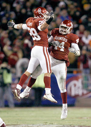 photo - OU linebacker Travis Lewis, left, and defensive end Jeremy Beal are part of a Sooner defense which has the potential to be elite. AP PHOTO