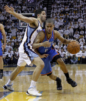 Photo - Oklahoma City Thunder guard Eric Maynor (6) drives against Memphis Grizzlies guard Greivis Vasquez during the first half of Game 4 of a second-round NBA basketball playoff series Monday, May 9, 2011, in Memphis, Tenn. (AP Photo/Lance Murphey)