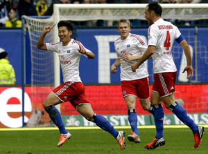 Photo -   Hamburg's Son Heung-min of South Korea, left, celebrates after scoring his side's 3rd goal during the German first division Bundesliga soccer match between Hamburger SV and Borussia Dortmund in Hamburg, Germany, Saturday, Sept. 22, 2012. (AP Photo/Michael Sohn)