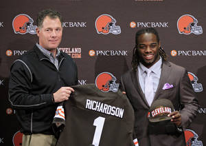 Photo -   Cleveland Browns first round draft pick, running back Trent Richardson, right, poses with head coach Pat Shurmur at the NFL football team's headquarters in Berea, Ohio Friday, April 27, 2012. Richardson was taken with the third overall pick in the 2012 NFL draft. (AP Photo/Mark Duncan)