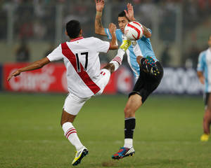 photo -   Argentina's Angel Di Maria, right, and Peru's Carlos Lobaton compete for the ball during a 2014 World Cup qualifying soccer game in Lima, Peru, Tuesday, Sept. 11, 2012. (AP Photo/Martin Mejia)