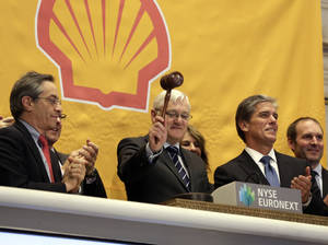 Photo - FILE - In this Friday, Feb. 1, 2013, file photo, Royal Dutch Shell CEO Peter Voser, center, gavels trading closed after ringing the closing bell of the New York Stock Exchange. Royal Dutch Shell reports quarterly earnings on Thursday, Oct. 31, 2013. (AP Photo/Richard Drew)