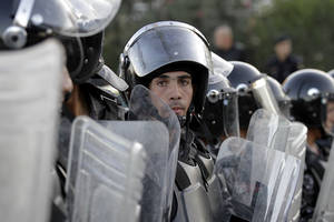 photo -   Jordanian policemen prepare to disperse protesters blocking a main road during a demonstration against a rise in fuel prices in downtown Amman, Jordan, Wednesday, Nov. 14, 2012. Hundreds of Jordanians chanted slogans against the king and threw stones at riot police as they protested in several cities for a second day Wednesday amid rising anger over fuel price hikes.(AP Photo/Raad Adayleh)