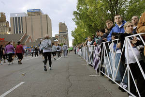 photo - People watch as runners go south along Robinson during the 10th anniversary of the Oklahoma City Memorial Marathon Sunday, April 25, 2010 in Oklahoma City. Photo by Doug Hoke, The Oklahoman. ORG XMIT: KOD
