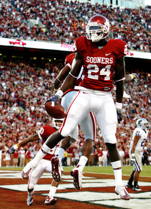 Photo - Dejuan Miller celebrates after a touchdown reception during the first half of OU's 42-30 victory over Kansas State. Photo by Steve Sisney, The Oklahoman