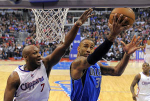 photo - Dallas Mavericks guard Dahntay Jones, right, shoots as Los Angeles Clippers forward Lamar Odom defends during the first half of their NBA basketball game, Wednesday, Dec. 5, 2012, in Los Angeles. (AP Photo/Mark J. Terrill)