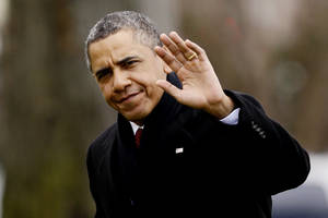 photo - President Barack Obama waves to reporters as he steps off the Marine One helicopter and walks on the South Lawn at the White House in Washington, Thursday, Dec. 27, 2012, as he returns early from his Hawaii vacation for meetings on the fiscal cliff. (AP Photo/Charles Dharapak)