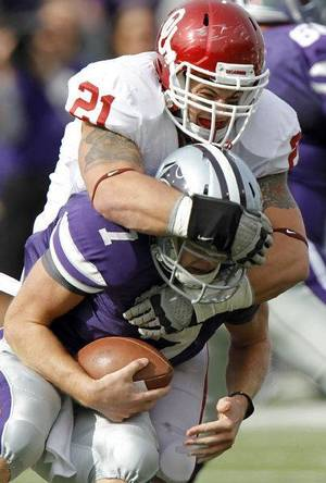 photo - Oklahoma Sooners&#039; Tom Wort (21) sacks Kansas State Wildcats&#039; Collin Klein (7) during the college football game between the University of Oklahoma Sooners (OU) and the Kansas State University Wildcats (KSU) at Bill Snyder Family Stadium on Saturday, Oct. 29, 2011. in Manhattan, Kan. Photo by Chris Landsberger, The Oklahoman  ORG XMIT: KOD