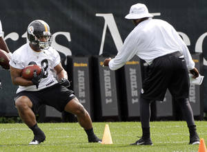 Photo -   Pittsburgh Steelers running back Isaac Redman, left, goes through drills in front of running backs coach Kirby Wilson during NFL football practice, Wednesday, May 23, 2012, in Pittsburgh. (AP Photo/Keith Srakocic)
