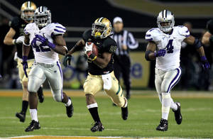 Photo -   Baylor running back Lache Seastrunk (25) breaks away on a touchdown run against Kansas State defensive end Meshak Williams (42) and linebacker Arthur Brown (4) during the third quarter of an NCAA college football game, Saturday, Nov. 17, 2012, in Waco Texas. (AP Photo/LM Otero)