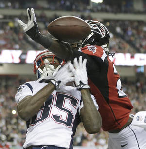 Photo - New England Patriots wide receiver Kenbrell Thompkins (85) vies for a thrown ball against Atlanta Falcons cornerback Desmond Trufant (21) during the second half of an NFL football game, Sunday, Sept. 29, 2013, in Atlanta. (AP Photo/John Bazemore)