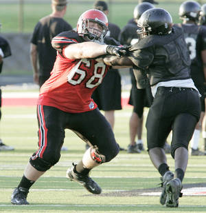 photo - Mustang's Bronson Irwin, left, is one of five offensive line commits for OU. PHOTO BY STEVE GOOCH, THE OKLAHOMAN