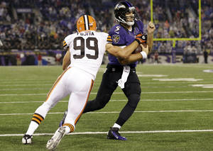 Photo -   Baltimore Ravens quarterback Joe Flacco (5) carries the ball past Cleveland Browns outside linebacker Scott Fujita into the end zone for a touchdown during the second half of an NFL football game in Baltimore, Thursday, Sept. 27, 2012. (AP Photo/Patrick Semansky)