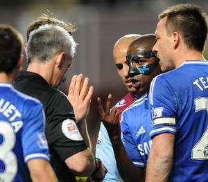 Photo - Chelsea's Ramires, right, appeals to referee Christopher Foy about an earlier yellow card during the English Premier League soccer match between Aston Villa and Chelsea at Villa Park, Birmingham, England, Saturday, March 15, 2014. (AP Photo/Rui Vieira)