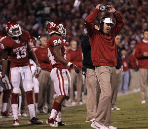 Photo - Bob Stoops reacts to a holding call the reversed a Blake Bell touchdown during the college football game between the University of Oklahoma Sooners (OU) and the Notre Dame Fighting Irish at the Gaylord Family-Oklahoma Memorial Stadium on Saturday, Oct. 27, 2012, in Norman, Okla. Photo by Chris Landsberger, The Oklahoman