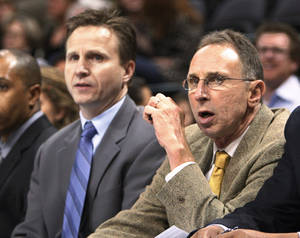 Photo - Thunder assistant coach Ron Adams, right, is responsible for the team's defense. AP PHOTO