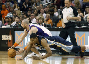 Photo -   Phoenix Suns center Marcin Gortat, left, of Poland, and Memphis Grizzlies forward Rudy Gay, right, struggle to gain control of a loose ball in the first quarter of an NBA basketball game Saturday, March 10, 20112, in Phoenix.(AP Photo/Paul Connors)