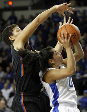 photo - Kentucky&#039;s Jennifer O&#039;Neill, right, shoots under pressure from Florida&#039;s Sydney Moss during the first half of an NCAA women&#039;s college basketball game at Rupp Arena in Lexington, Ky., Thursday, Jan. 3, 2013. (AP Photo/James Crisp)