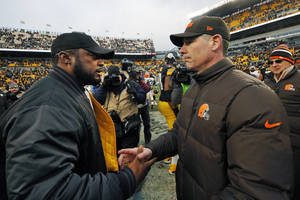 photo - Pittsburgh Steelers head coach Mike Tomlin, left, shakes hands with Cleveland Browns head coach Pat Shurmur after the Steelers&#039; 24-10 win in an NFL football game in Pittsburgh, Sunday, Dec. 30, 2012. (AP Photo/Gene J. Puskar)