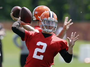 Photo - Cleveland Browns quarterback Johnny Manziel (2) passes during organized team activities at the NFL football team's facility in Berea, Ohio Tuesday, June 3, 2014. (AP Photo/Mark Duncan)