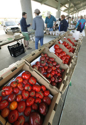 Photo -  Customers gather at Festival Market Place in Edmond to buy fresh vegetables during the first weekend of the Edmond Farmers Market. PHOTO BY PAUL HELLSTERN, THE OKLAHOMAN  <strong>PAUL HELLSTERN -   </strong>