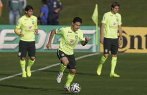 Photo - Brazil's Hernanes, center, practices during a training session at the Granja Comary training center in Teresopolis, Brazil, Tuesday, July 1, 2014. Brazil will face Colombia on July 4 in a quarter-final of the 2014 soccer World Cup. (AP Photo/Andre Penner)