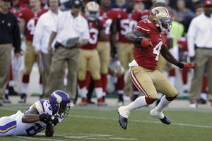 Photo - San Francisco 49ers' Lavelle Hawkins (4) runs past Minnesota Vikings cornerback A.J. Jefferson (24) to score on a 105-yard kickoff return during the second quarter of an NFL preseason football game, Sunday, Aug. 25, 2013, in San Francisco. (AP Photo/Ben Margot)