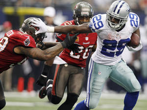 Photo - Dallas Cowboys running back DeMarco Murray (29) gets past Tampa Bay Buccaneers linebacker Mason Foster (59)during the second half of an NFL football game on Sunday, Sept. 23, 2012, in Arlington, Texas. (AP Photo/LM Otero)