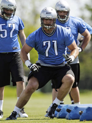 photo -   Detroit Lions unsigned first-round draft pick Riley Reiff (71) participates in a drill during NFL football rookie minicamp in Allen Park, Mich., Friday, May 11, 2012. (AP Photo/Paul Sancya)