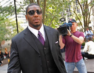 Photo -   New Orleans Saints linebacker Jonathan Vilma arrives at the NFL football headquarters to meet with Commissioner Roger Goodell to discuss his suspension that was temporarily lifted, Monday, Sep. 17, 2012, in New York. (AP Photo/ Louis Lanzano)