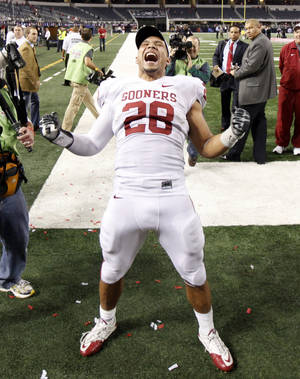 photo - OU's Travis Lewis celebrates after winning the Big 12 football championship game between the University of Oklahoma Sooners (OU) and the University of Nebraska Cornhuskers (NU) at Cowboys Stadium on Saturday, Dec. 4, 2010, in Arlington, Texas.  Photo by Bryan Terry, The Oklahoman