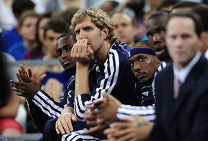 Photo -   Dallas Mavericks' forward Dirk Nowitzki, second left, watches his teammates during an exhibition basketball game against FC Barcelona in Barcelona, Spain, Tuesday, Oct. 9, 2012. (AP Photo / Manu Fernandez)