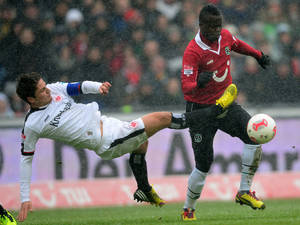 photo - Hannover's  Didier Ya Konan, right, challenges for the ball with Frankfurt's  Pirmin Schwegler  during the German Bundesliga soccer match between Hannover 96 and Eintracht Frankfurt in Hannover, northern Germany, Sunday March 10, 2013.  (AP Photo/dpa,Peter Steffen)