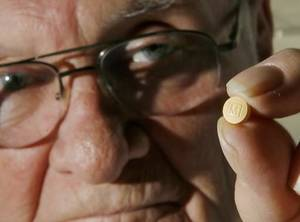 Photo -   Dr.  Charles  Shaw is an addictionologist in Oklahoma City. He holds an oxycodone pill Thursday, February 5, 2009. BY JIM BECKEL