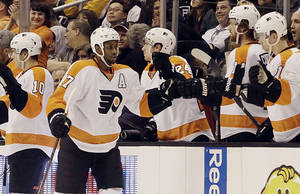Photo - Philadelphia Flyers right winger Wayne Simmonds (17) celebrates his goal over the Los Angeles Kings in the second period of an NHL hockey game in Los Angeles Saturday, Feb. 1, 2014.  (AP Photo/Reed Saxon)