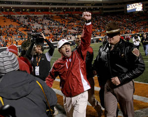 photo - CELEBRATION: OU coach Bob Stoops celebrates after the Bedlam college football game between the University of Oklahoma Sooners (OU) and the Oklahoma State University Cowboys (OSU) at Boone Pickens Stadium in Stillwater, Okla., Saturday, Nov. 27, 2010. Photo by Bryan Terry, The Oklahoman ORG XMIT: KOD