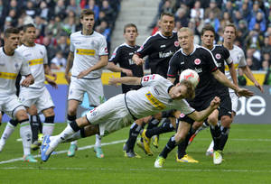 photo -   Moenchengladbach's Tony Jantschke jumps for the ball during the German first division Bundesliga soccer match between Borussia Moenchengladbach and Eintracht Frankfurt in Moenchengladbach, Germany, Sunday, Oct. 7, 2012. (AP Photo/Martin Meissner)
