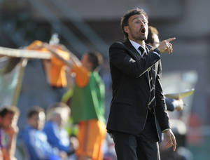 Photo - Celta's coach Luis Enrique gestures during a Spanish La Liga soccer match against Real Madrid,  at the Balaidos stadium in Vigo, Spain, Sunday, May 11, 2014. (AP Photo/Lalo R. Villar)